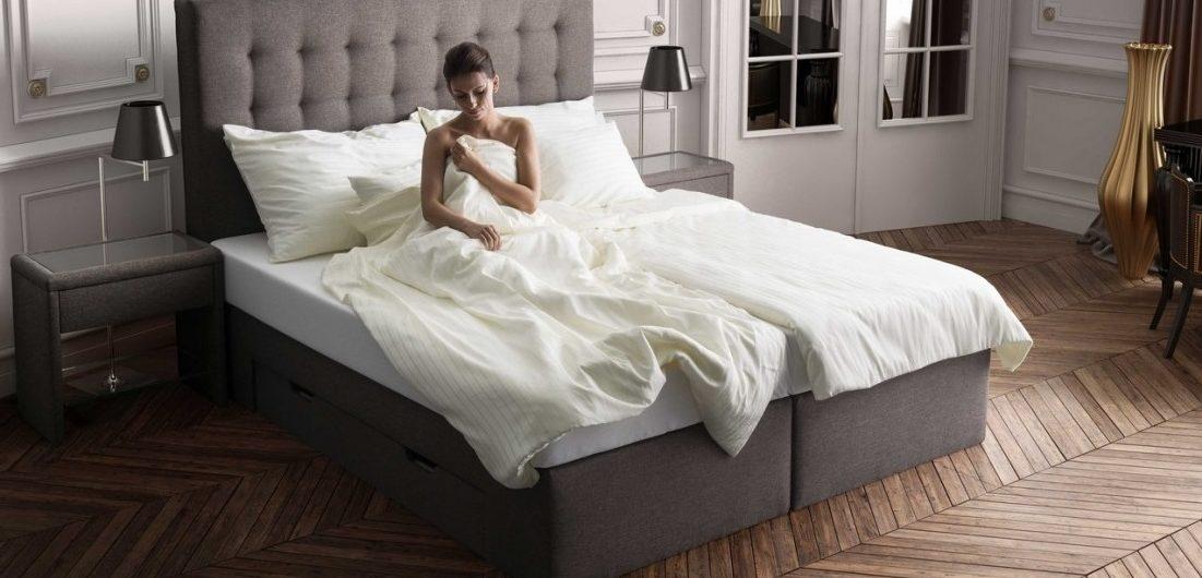 Une femme dans un lit